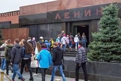莫斯科,俄罗斯- 2016年10月06日:祝愿对列宁` s陵墓列宁` s坟茔的参观的游人人群  免版税库存图片