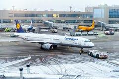 莫斯科,俄罗斯- 2017年12月18日:空中客车A 321-200,汉莎航空公司航空公司在国际机场多莫杰多沃 复制空间f 免版税库存照片