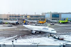 莫斯科,俄罗斯- 2017年12月18日:空中客车A 321-200,汉莎航空公司航空公司在国际机场多莫杰多沃 复制空间f 免版税库存图片