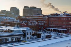 莫斯科,俄罗斯- 2018年2月01日:糖果店工厂红色10月大厦  莫斯科冬天 库存照片