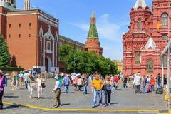 莫斯科,俄罗斯- 2018年6月03日:红场的走的游人在克里姆林宫背景在一个晴朗的夏天早晨 免版税图库摄影