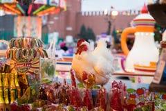 莫斯科,俄罗斯- 2017年12月21日:纪念品公鸡以不同 免版税库存照片