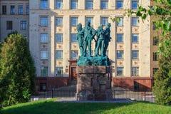 莫斯科,俄罗斯- 2018年6月02日:纪念碑致力了学生建筑队在罗蒙诺索夫莫斯科状态联合国附近物理才干  库存图片