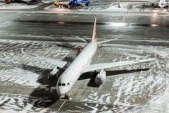 莫斯科,俄罗斯- 2017年12月25日:终端伏努科沃国际机场和货物A夜全景  库存照片
