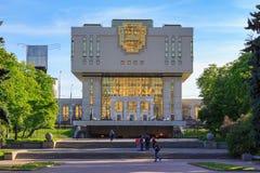 莫斯科,俄罗斯- 2018年6月02日:罗蒙诺索夫反对蓝天和gr的莫斯科国立大学MSU根本图书馆大厦  库存照片
