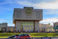 莫斯科,俄罗斯- 2018年6月02日:罗蒙诺索夫反对蓝天的莫斯科国立大学MSU根本图书馆大厦在太阳 免版税图库摄影
