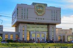 莫斯科,俄罗斯- 2018年6月02日:罗蒙诺索夫在一蓝天backgroun的莫斯科国立大学MSU根本图书馆大厦  免版税库存照片