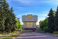 莫斯科,俄罗斯- 2018年6月02日:罗蒙诺索夫在蓝天背景的莫斯科国立大学MSU根本图书馆在晴朗的s 免版税库存照片