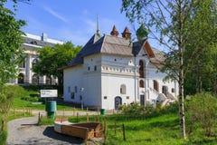 莫斯科,俄罗斯- 2018年6月03日:老英国法院历史博物馆在Zaryadye公园在莫斯科在一个晴朗的夏天早晨 库存图片