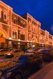 莫斯科,俄罗斯- 2018年4月30日:胶的看法从红场的 欢乐照明 晚上,在日落前的黄昏 免版税库存图片