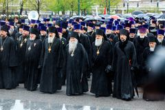 莫斯科,俄罗斯- 2017年5月08日:莫斯科和所有鲁斯` KIRILL的族长和俄罗斯正教会的更高的僧侣放置了 免版税库存图片