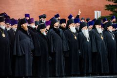 莫斯科,俄罗斯- 2017年5月08日:莫斯科和所有鲁斯` KIRILL的族长和俄罗斯正教会的更高的僧侣放置了a 免版税库存照片