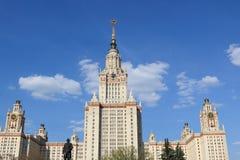 莫斯科,俄罗斯- 2019年5月01日:莫斯科国立大学 主楼的上半身 免版税库存照片
