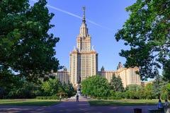 莫斯科,俄罗斯- 2018年6月02日:莫斯科国立大学MSU大厦在蓝天和绿色树背景的在晴朗的夏天 库存照片
