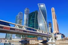 莫斯科,俄罗斯- 2018年4月14日:莫斯科国际商业中心莫斯科城市和Bagration桥梁在晴朗的春日 免版税库存图片