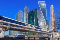 莫斯科,俄罗斯- 2018年4月14日:莫斯科国际商业中心莫斯科城市和Bagration桥梁在晴朗的春日 库存照片