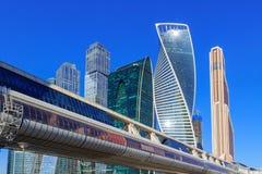 莫斯科,俄罗斯- 2018年4月14日:莫斯科国际商业中心莫斯科城市和Bagration桥梁在晴朗的春日 图库摄影