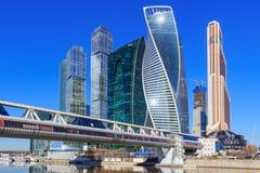 莫斯科,俄罗斯- 2018年4月14日:莫斯科国际商业中心莫斯科城市和Bagration桥梁在晴朗的春日 库存图片