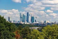 莫斯科,俄罗斯- 2017年8月12日:莫斯科国际商业中心莫斯科城市 与麻雀山的全视图 免版税库存图片