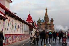 莫斯科,俄罗斯- 2016年12月10日:莫斯科在新年和圣诞节假日装饰了 红场的胶滑冰场 库存照片
