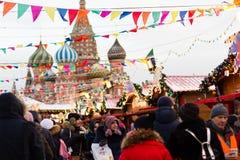莫斯科,俄罗斯- 2016年12月10日:莫斯科在新年和圣诞节假日装饰了 红场的胶滑冰场 免版税图库摄影