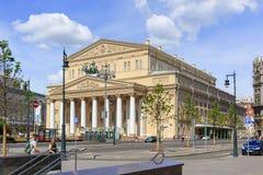 莫斯科,俄罗斯- 2018年6月03日:莫斯科大剧院和剧院正方形大厦  从Petrovka街道的看法在一晴朗的夏天mornin 图库摄影