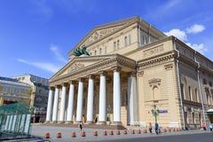 莫斯科,俄罗斯- 2018年6月03日:莫斯科大剧院门面在蓝天背景的在一个晴朗的夏天早晨 免版税库存照片