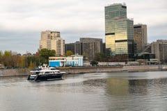 莫斯科,俄罗斯- 2017年10月24日:莫斯科河堤防和世界贸易中心和Crowne广场饭店 库存照片