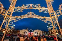 莫斯科,俄罗斯- 2016年12月23日:莫斯科装饰的新年` s街道在晚上 免版税库存照片