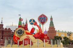 莫斯科,俄罗斯- 2017年9月28日:观看读秒在世界杯足球赛开始前2018年在Manezh广场 库存照片