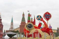 莫斯科,俄罗斯- 2017年9月28日:观看读秒在世界杯足球赛开始前2018年在Manezh广场 免版税库存图片