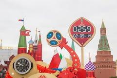莫斯科,俄罗斯- 2017年9月28日:观看读秒在世界杯足球赛开始前2018年在Manezh广场 免版税库存照片
