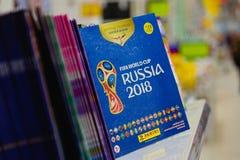 莫斯科,俄罗斯- 2018年4月27日:贴纸的正式册页致力世界杯足球赛货架的俄罗斯2018年 库存图片