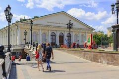 莫斯科,俄罗斯- 2018年6月03日:走的游人在晴朗的夏天早晨临近莫斯科Manege大厦Manezhnaya广场的 库存照片