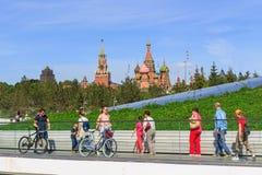 莫斯科,俄罗斯- 2018年6月03日:走的游人在Zaryadye在克里姆林宫和圣蓬蒿` s大教堂背景停放  库存图片