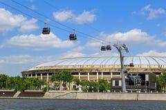 莫斯科,俄罗斯- 2018年5月30日:近缆车的驻地Moskva河背景的Luzhniki体育场在晴天 免版税库存照片