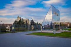 莫斯科,俄罗斯- 2008年8月02日:金属巨大的结构室外看法位于Muzeon下落的艺术公园输入  图库摄影