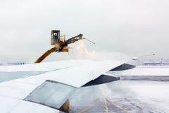 莫斯科,俄罗斯- 2018年12月11日:除冰在飞行前的飞机的过程在冬天 库存图片
