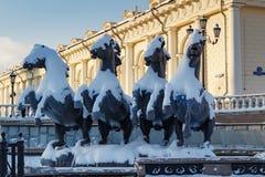 莫斯科,俄罗斯- 2018年2月01日:雕刻的小组在Manezhnaya广场的四个季节喷泉喷泉 莫斯科冬天 库存照片