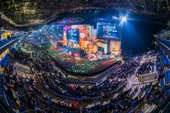 莫斯科,俄罗斯- 2018年10月27日:震中柜台罢工:全球性进攻esports事件 五颜六色的主要阶段地点 免版税库存图片