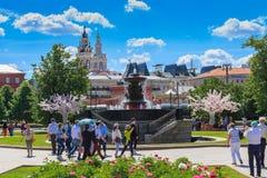 莫斯科,俄罗斯- 2018年6月03日:革命的走的游人在Vitali喷泉背景的莫斯科摆正在一个晴朗的夏天mo 免版税库存图片