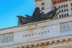 莫斯科,俄罗斯- 2018年6月02日:题字与几年对修造的建筑1949-1953上面入口罗蒙诺索夫莫斯科St 免版税库存图片