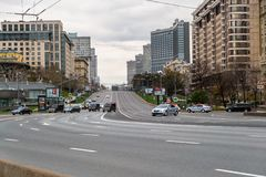 莫斯科,俄罗斯- 2017年10月24日:高级官员汽车队的运动沿cordoned Noviy Arbat街道的 免版税图库摄影