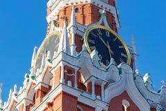 莫斯科,俄罗斯- 2018年2月01日:鸣响克里姆林宫特写镜头Spasskaya塔的时钟  克里姆林宫莫斯科冬天 图库摄影