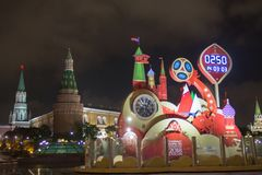 莫斯科,俄罗斯- 2017年10月07日::观看读秒在世界杯足球赛开始前2018年在Manezh广场 免版税库存照片
