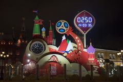 莫斯科,俄罗斯- 2017年10月07日::观看读秒在世界杯足球赛开始前2018年在Manezh广场 库存图片