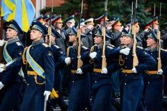 莫斯科,俄罗斯- 2017年5月08日:3月通过154 Preobrazhensky军团的仪仗队的游行 多雨天气 _ 免版税库存图片