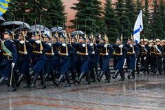 莫斯科,俄罗斯- 2017年5月08日:3月通过154 Preobrazhensky军团的仪仗队的游行 多雨天气 _ 库存照片