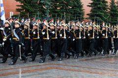 莫斯科,俄罗斯- 2017年5月08日:3月通过154 Preobrazhensky军团的仪仗队的游行 多雨天气 _ 图库摄影