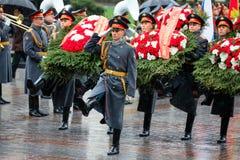 莫斯科,俄罗斯- 2017年5月08日:154 Preobrazhensky军团的仪仗队在放花的步兵制服的对 免版税库存照片